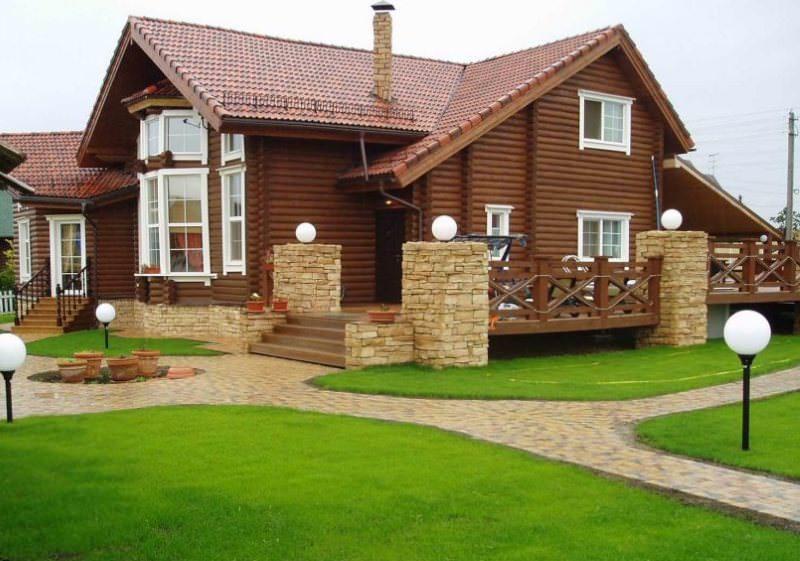Бревенчатый дом на каменном основании с открытой террасой