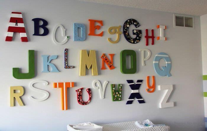 Цветные буквы из пенопласта на стене жилой комнаты