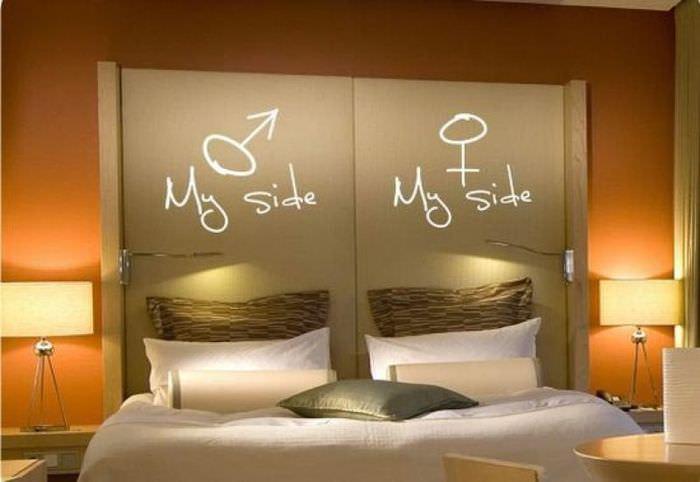 Изголовье кровати с декоративными надписями
