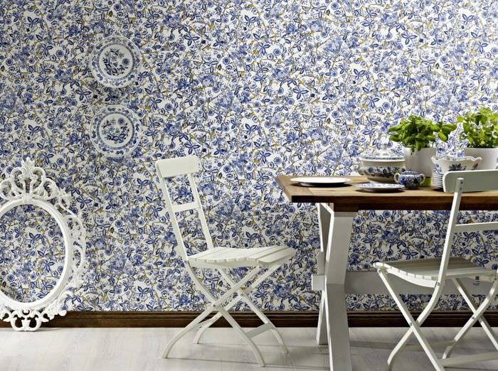 Обеденные столик около стены, оклеенной бумажными обоями