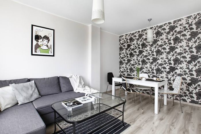 Дизайн гостиной с контрастными обоями на одной стене
