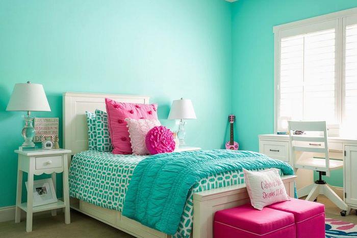 Спальня со стенами цвета морской волны