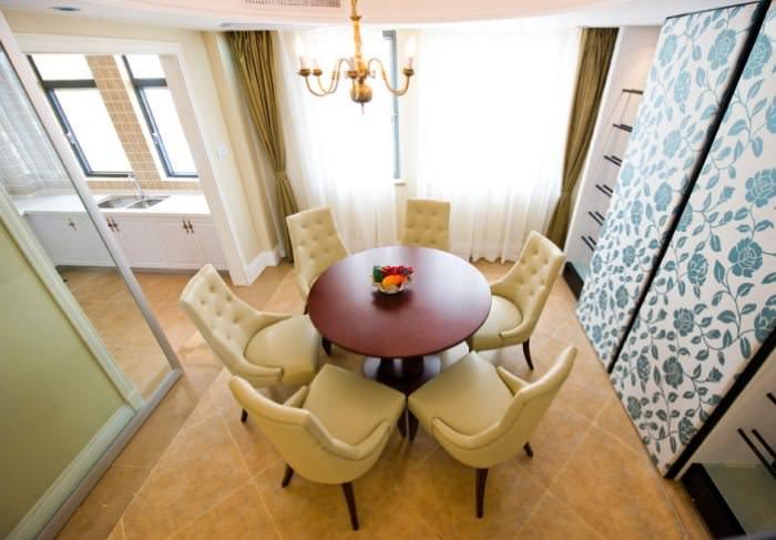 Круглый обеденный стол в столовой зоне однокомнатной квартиры