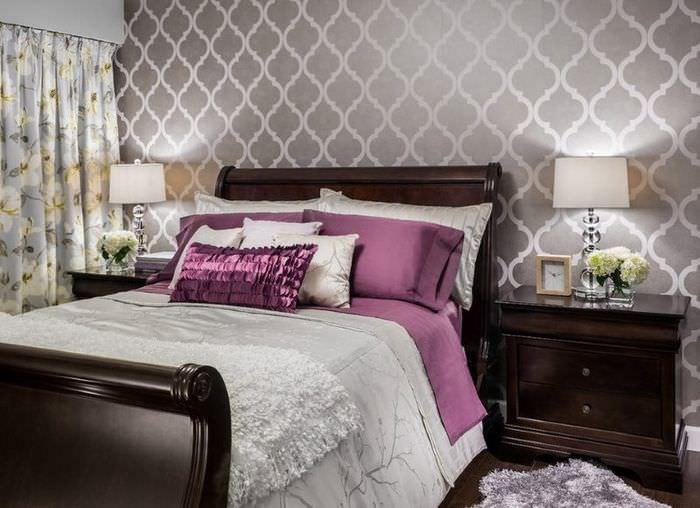 Сиреневые подушки в интерьере спальни с черной мебелью