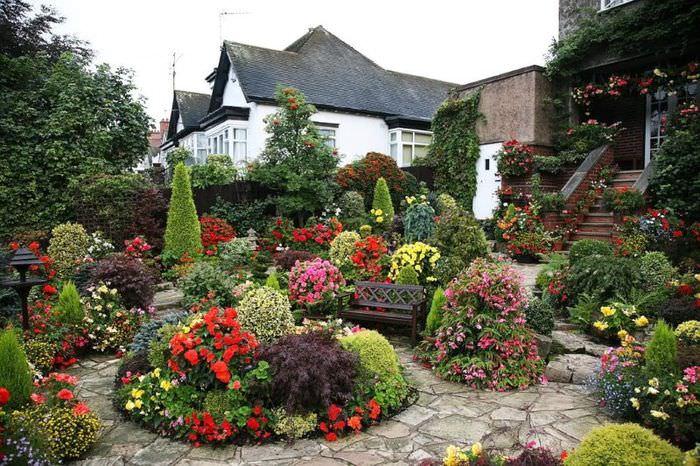 Цветущий сад перед крыльцом жилого дома