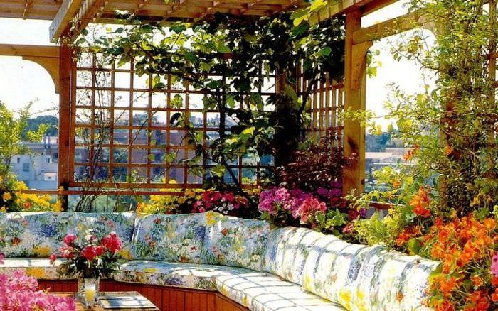 Декорирование внутреннего пространства беседки цветущими растениями