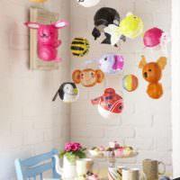 Игрушки на подвесках в комнате малыша
