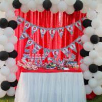 Белые и черные шары в декоре комнаты на день рождения сына