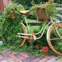 Старый велосипед в роли ретро-клумбы