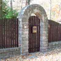 Каменная арка над калиткой дачного участка