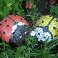 Божьи коровки из керамической мозаики
