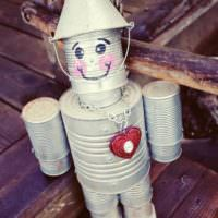 Фигурка робота из консервных банок
