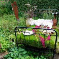 Старая кровать в декоре садового участка