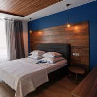 Коричневый ламинат на синей стене спальни