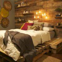 Кровать на старых поддонах в деревенской спальне