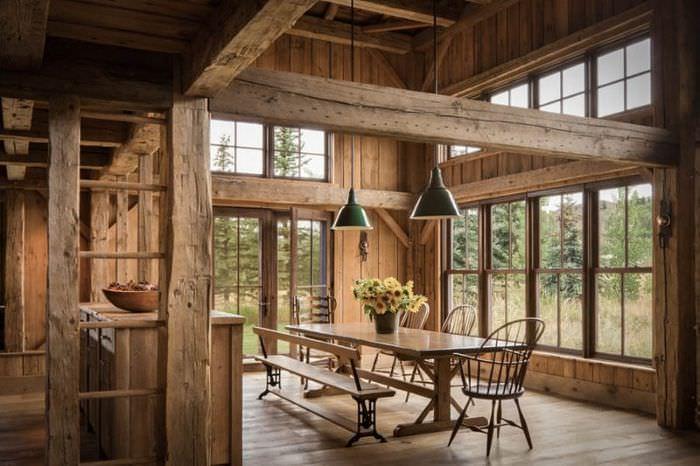 Гостиная в стиле русти с отделкой деревом