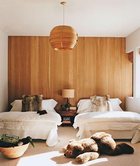 Отделка стены в спальне декоративными панелями из дерева