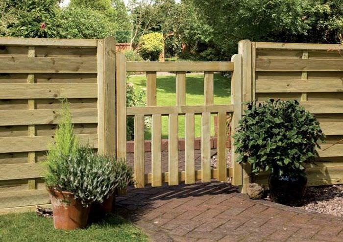 Парадный забор с калиткой из древесины твердых пород