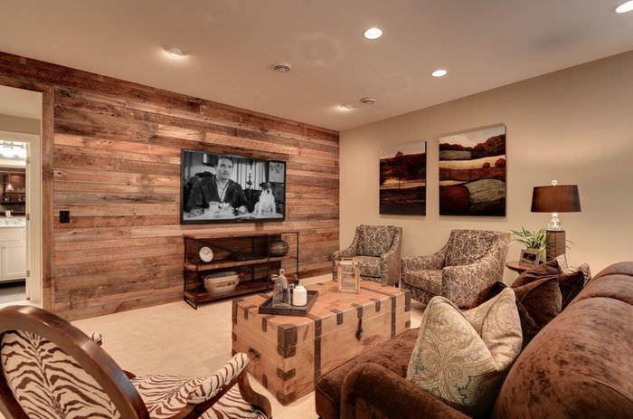 Стена в гостиной с отделкой деревянными обоями