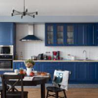 Синий кухонный гарнитур и черный обеденный стол