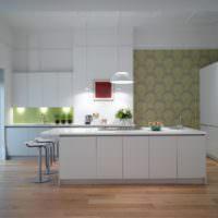 Выделение зон с помощью обоев на кухне
