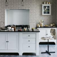 Обои с мелкими узорами в оформлении кухонных стен
