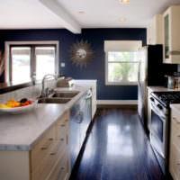 Темная краска на кухонной стене