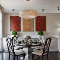 картина на белой стене кухни