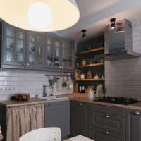 Светлая плитка в дизайне стен на кухне