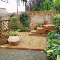 Площадка с гравийной засыпкой во дворе загородного участка
