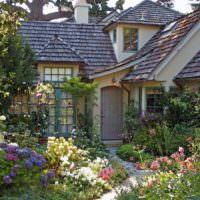 Небольшой садик загородного дома в природном стиле
