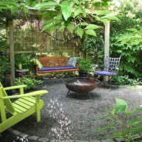Зеленое кресло андиродок на площадке для семейного отдыха