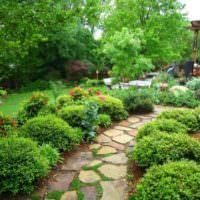 Каменная тропинка через садовый участок