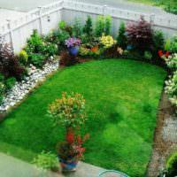 Английский газон в палисаднике загородного дома