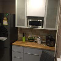 Рабочая зона на кухне однокомнатной квартиры