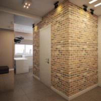 Имитация старой кирпичной кладки в коридоре однокомнатной квартиры