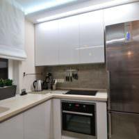 Глянцевые фасады кухонного гарнитура в однокомнатной квартире