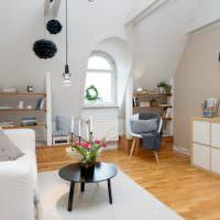 Белые стены и светло-коричневый пол в дизайне однушки