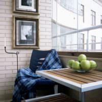 Столик с креслом на балконе однокомнатной квартиры