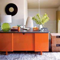 Оранжевый стол в интерьере комнаты