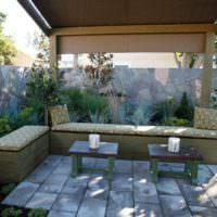 Простая открытая беседка для отдыха в саду