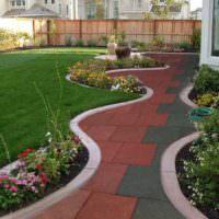 Оригинальная форма садовой дорожки, проходящей вдоль жилого дома