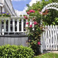 Декоративный забор с аркой над калиткой