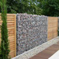 Комбинирование габионов с деревянным забором