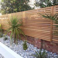 Деревянный забор из горизонтальных реек на кирпичном основании