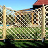 Красивый деревянный забор из тонких реек