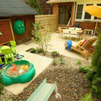 Внутренний дворик с детской площадкой и зоной для отдыха
