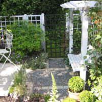 Пергола со скамьей перед входом в сад