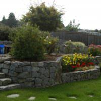 Подпорные стенки из камня на участке со склоном