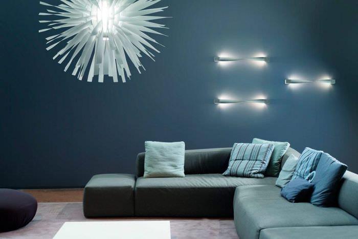 Дизайнерская люстра в интерьере гостиной комнаты